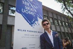 Gente fuera del edificio del desfile de moda de Armani para la molestia de Milan Men Imágenes de archivo libres de regalías