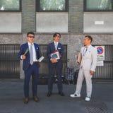 Gente fuera del edificio del desfile de moda de Armani para la molestia de Milan Men Fotografía de archivo libre de regalías