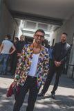 Gente fuera del edificio del desfile de moda de Armani para la molestia de Milan Men Imagen de archivo