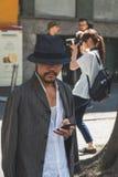 Gente fuera del edificio del desfile de moda de Armani para la molestia de Milan Men Imagenes de archivo