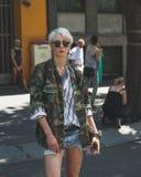 Gente fuera del edificio del desfile de moda de Armani para la molestia de Milan Men Fotografía de archivo