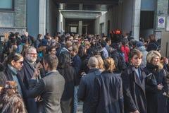 Gente fuera del edificio del desfile de moda de Armani para la semana 2015 de la moda de Milan Men Imágenes de archivo libres de regalías