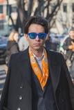 Gente fuera del edificio del desfile de moda de Armani para la semana 2015 de la moda de Milan Men Fotografía de archivo