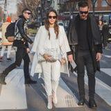 Gente fuera del edificio del desfile de moda de Armani para la semana 2015 de la moda de Milan Men Foto de archivo