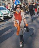 Gente fuera del edificio del desfile de moda de Armani para la semana 2015 de la moda de Milan Men Foto de archivo libre de regalías