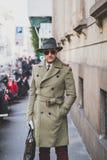 Gente fuera del edificio del desfile de moda de Cavalli para la semana 2015 de la moda de Milan Men Imágenes de archivo libres de regalías