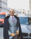 Gente fuera del edificio del desfile de moda de Dirk Bikkembergs para la semana 2015 de la moda de Milan Men Imagen de archivo