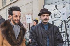 Gente fuera del edificio del desfile de moda de Dirk Bikkembergs para la semana 2015 de la moda de Milan Men Fotos de archivo libres de regalías