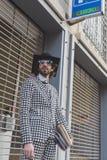 Gente fuera del edificio del desfile de moda de Dirk Bikkembergs para la semana 2015 de la moda de Milan Men Fotografía de archivo libre de regalías