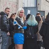Gente fuera del edificio del desfile de moda de Dirk Bikkembergs para la semana 2015 de la moda de Milan Men Imágenes de archivo libres de regalías