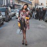 Gente fuera del edificio del desfile de moda de Dirk Bikkembergs para la semana 2015 de la moda de Milan Men Imagen de archivo libre de regalías