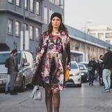 Gente fuera del edificio del desfile de moda de Dirk Bikkembergs para la semana 2015 de la moda de Milan Men Foto de archivo