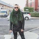 Gente fuera del edificio del desfile de moda de Dirk Bikkembergs para la semana 2015 de la moda de Milan Men Fotografía de archivo