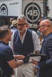 Gente fuera del edificio del desfile de moda de Ferragamo para la F de Milan Men Fotos de archivo libres de regalías
