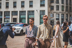 Gente fuera del edificio del desfile de moda de Ferragamo para la F de Milan Men Fotos de archivo