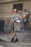 Gente fuera del edificio del desfile de moda de Ferragamo para la F de Milan Men Imagen de archivo libre de regalías