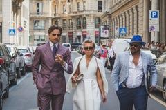 Gente fuera del edificio del desfile de moda de Ferragamo para la F de Milan Men Imágenes de archivo libres de regalías