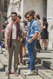 Gente fuera del edificio del desfile de moda de Ferragamo para la F de Milan Men Foto de archivo