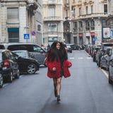 Gente fuera del edificio del desfile de moda de Ferragamo para la semana 2015 de la moda de Milan Men Foto de archivo libre de regalías