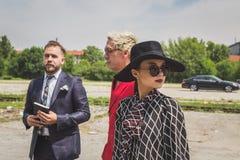 Gente fuera del edificio del desfile de moda de Gucci para Fashi de Milan Men Fotografía de archivo libre de regalías