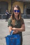 Gente fuera del edificio del desfile de moda de Gucci para Fashi de Milan Men Foto de archivo libre de regalías