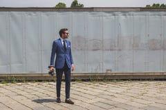 Gente fuera del edificio del desfile de moda de Gucci para Fashi de Milan Men Fotos de archivo