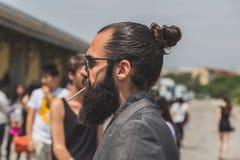 Gente fuera del edificio del desfile de moda de Gucci para Fashi de Milan Men Imágenes de archivo libres de regalías
