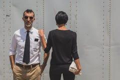 Gente fuera del edificio del desfile de moda de Gucci para Fashi de Milan Men Imagen de archivo libre de regalías