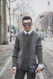 Gente fuera del edificio del desfile de moda de Gucci para la semana 2015 de la moda de Milan Men Fotos de archivo libres de regalías