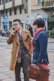 Gente fuera del edificio del desfile de moda de Gucci para la semana 2015 de la moda de Milan Men Foto de archivo libre de regalías