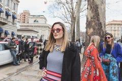 Gente fuera del edificio del desfile de moda de Gucci para Milan Women Fas Foto de archivo libre de regalías