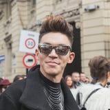 Gente fuera del edificio del desfile de moda de Gucci para Milan Women Fas Fotos de archivo libres de regalías