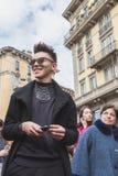 Gente fuera del edificio del desfile de moda de Gucci para Milan Women Fas Fotografía de archivo libre de regalías