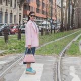 Gente fuera del edificio del desfile de moda de Gucci para Milan Women Fas Imagen de archivo