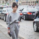 Gente fuera del edificio del desfile de moda de Gucci para Milan Women Fas Imagen de archivo libre de regalías