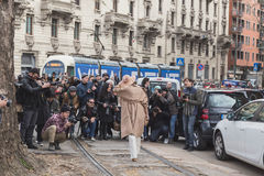 Gente fuera del edificio del desfile de moda de Gucci para Milan Women Fas Fotos de archivo