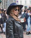 Gente fuera del edificio del desfile de moda de Gucci para Milan Women Fas Foto de archivo