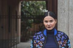 Gente fuera del edificio del desfile de moda de Gucci para Milan Women Fas Imágenes de archivo libres de regalías