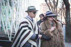 Gente fuera del edificio del desfile de moda de Jil Sander para Milan Men Imagen de archivo