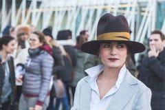 Gente fuera del edificio del desfile de moda de Jil Sander para Milan Men Imagenes de archivo