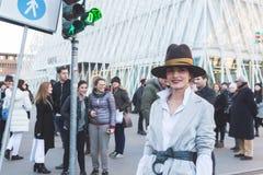 Gente fuera del edificio del desfile de moda de Jil Sander para Milan Men Imagen de archivo libre de regalías