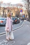 Gente fuera del edificio del desfile de moda de Jil Sander para Milan Men Fotografía de archivo