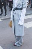 Gente fuera del edificio del desfile de moda de Jil Sander para Milan Men Foto de archivo