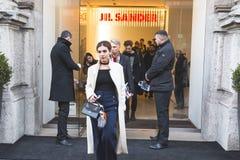 Gente fuera del edificio del desfile de moda de Jil Sander para Milan Men Fotos de archivo libres de regalías