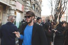 Gente fuera del edificio del desfile de moda de Jil Sander para Milan Men Imágenes de archivo libres de regalías