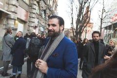 Gente fuera del edificio del desfile de moda de Jil Sander para Milan Men Foto de archivo libre de regalías