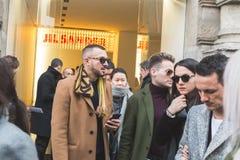Gente fuera del edificio del desfile de moda de Jil Sander para Milan Men Fotos de archivo