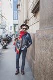 Gente fuera del edificio del desfile de moda de John Richmond para la semana 2015 de la moda de Milan Men Imagenes de archivo