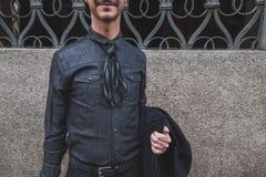 Gente fuera del edificio del desfile de moda de John Richmond para la semana 2015 de la moda de Milan Men Imagen de archivo libre de regalías