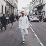 Gente fuera del edificio del desfile de moda de John Richmond para la semana 2015 de la moda de Milan Men Fotos de archivo